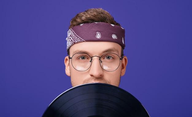 Calma cara de óculos e uma bandana com um toca-discos.