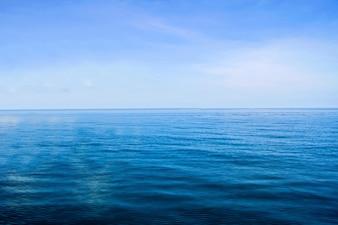 Calma de horizonte mar oceano e céu azul fundo