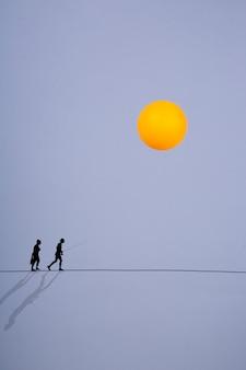 Calor. colagem com silhuetas de um homem e uma mulher sobre a qual o sol brilha.