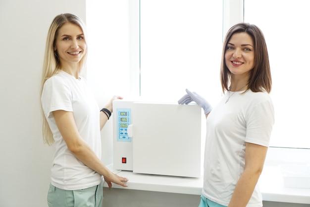Calor seco para instrumentos de esterilização. duas mulheres amigáveis