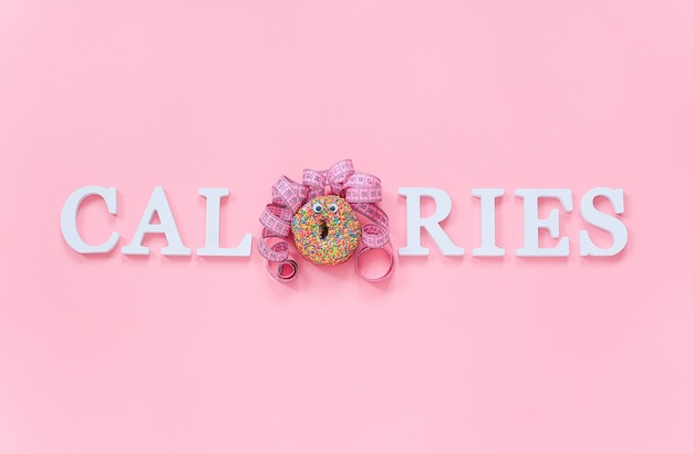 Calorias de texto de letras de volume e cara engraçada abstrata de mulher de donut com olhos e cabelos da fita do centímetro