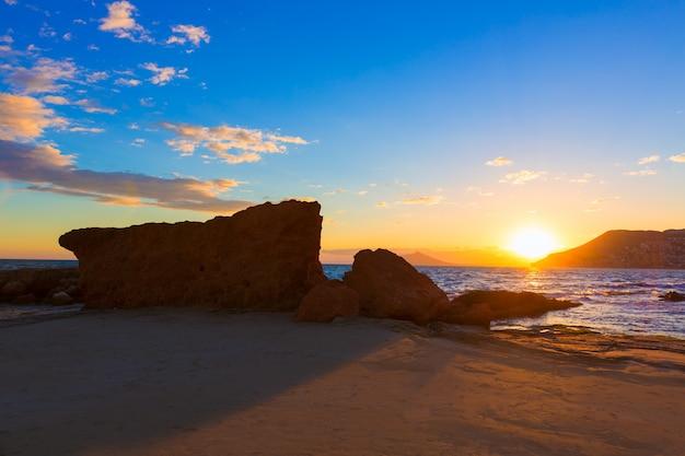 Calpe alicante pôr do sol na praia cantal roig na espanha