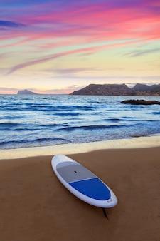 Calpe alicante pôr do sol na praia cantal roig no mediterrâneo espanha
