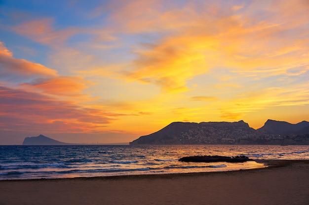 Calpe pôr do sol no mediterrâneo em roig cantal