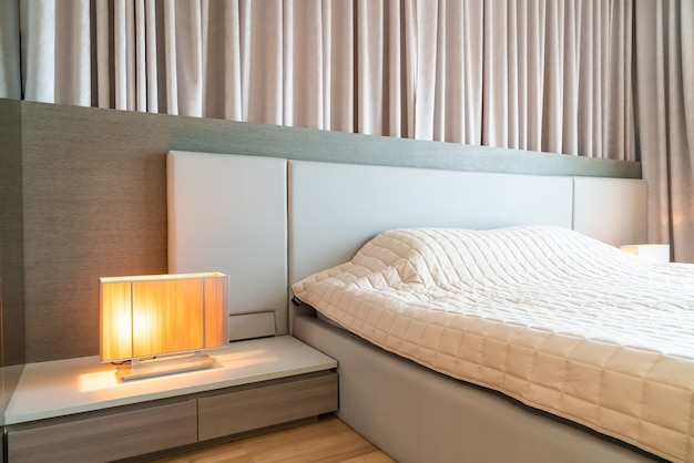 Cama com colcha decorada no quarto
