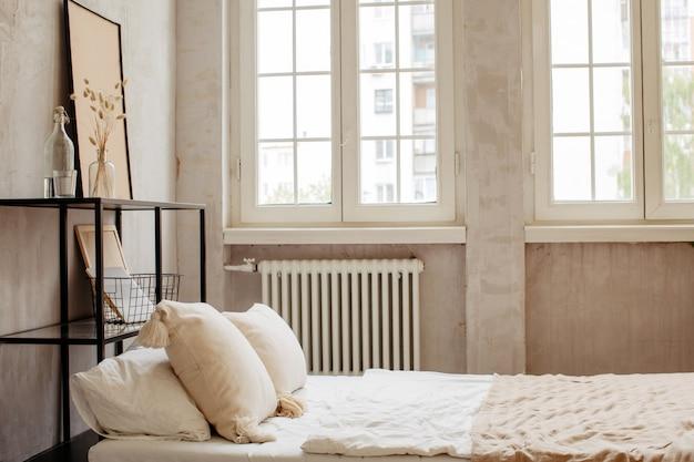 Cama com travesseiros e lençóis lindos de cores quentes