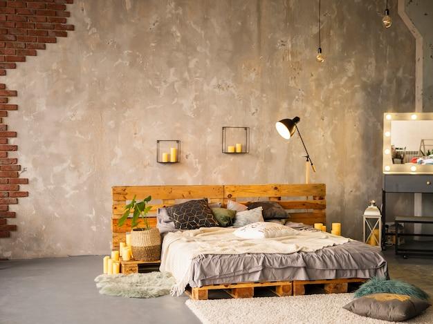 Cama de casal de madeira no interior do quarto elegante com pintura prateada