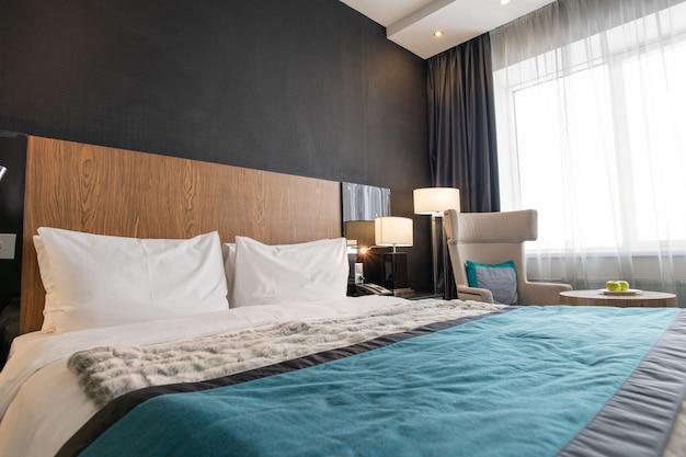 Cama de casal grande dentro do quarto em hotel moderno