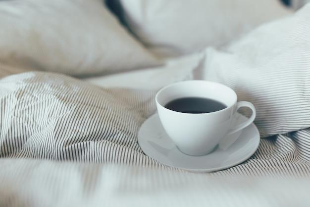 Cama de empregada com almofadas brancas limpas e lençóis na sala de beleza. café da manhã com