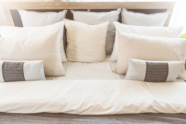 Cama de empregada com almofadas brancas limpas e lençóis no quarto
