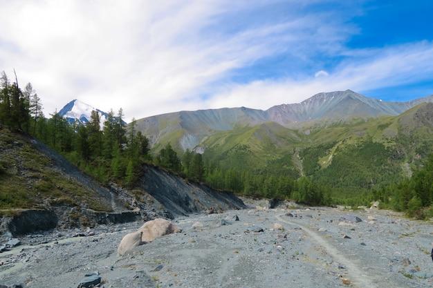 Cama de rio secada no parque nacional da montanha de belukha. vale do yarlo. montanhas altai.