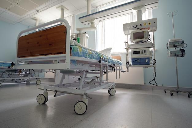 Cama de terapia intensiva vazia na sala de emergência