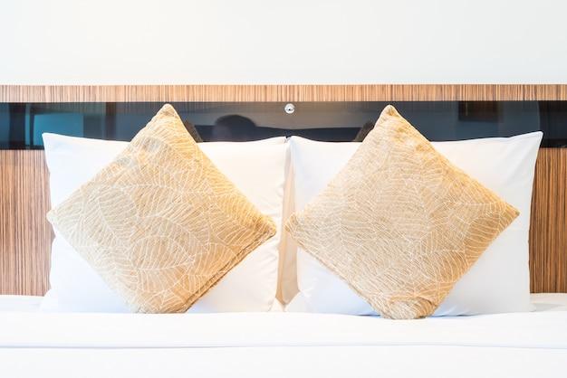 Cama de travesseiro no quarto de hotel de luxo