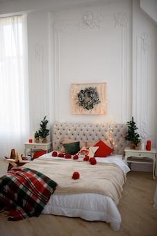 Cama decorada em estilo natalino