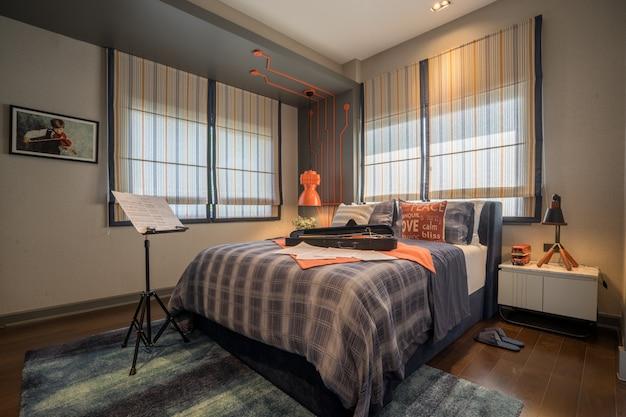 Cama e mesa de cabeceira no quarto das crianças e equipamentos para uma experiência confortável e tranquila.