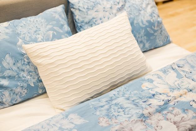 Cama e travesseiros modernos no clima matinal