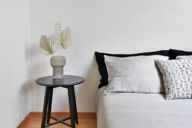 Cama elegante com travesseiros macios e colchão