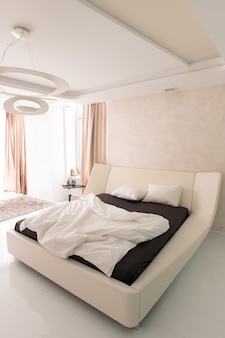 Cama grande em hotel luxuoso contemporâneo