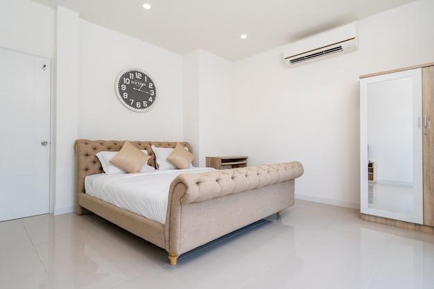 Cama king size e penteadeira no quarto da casa, vila, apartamento e condomínio com janela