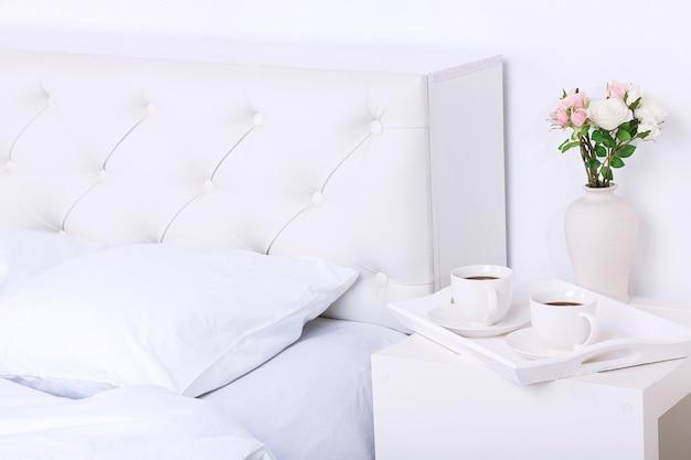 Cama macia confortável com travesseiros
