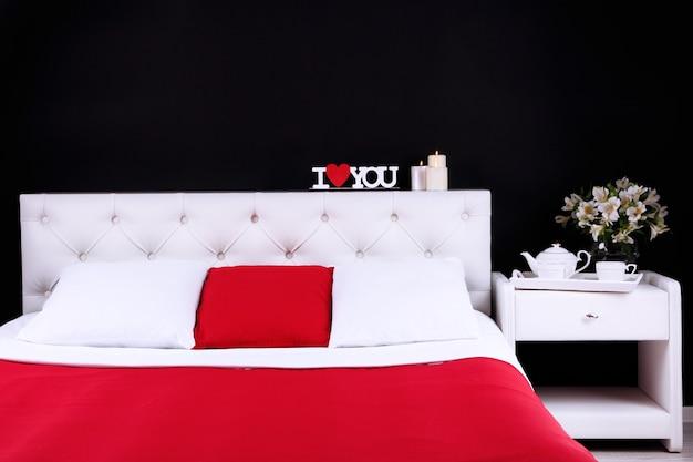 Cama macia confortável no quarto