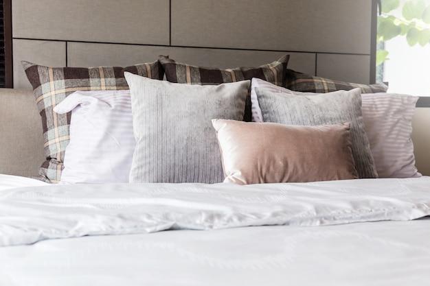 Cama maid-up limpa travesseiros brancos e lençóis na sala de beleza.