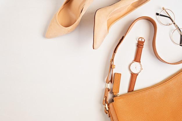 Cama plana com acessórios de moda feminina em cores neutras