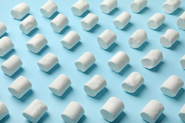 Cama plana com marshmallow em fundo azul