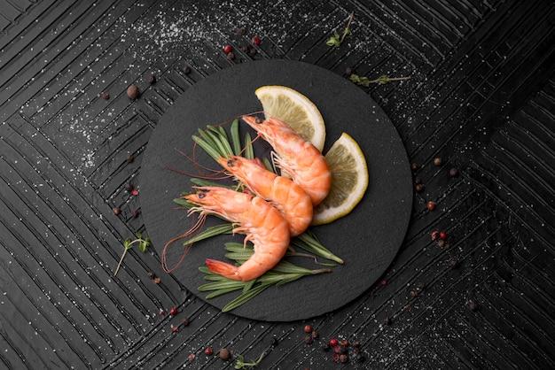 Cama plana de camarão de frutos do mar frescos