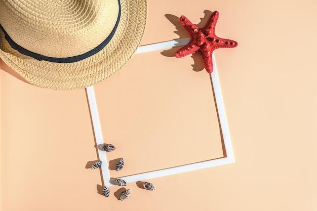 Cama plana de verão. mar, viajar. chapéu, estrela do mar, concha e moldura branca.