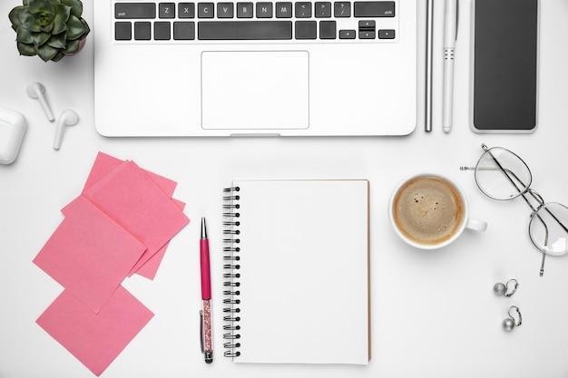 Cama plana, maquete. espaço de trabalho feminino de escritório em casa, copyspace