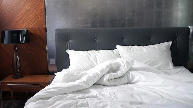 Cama vazia espalhada, acordando bom dia