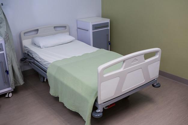 Cama vazia na enfermaria do hospital