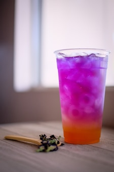 Camada colorida de chá de ervas rosa e roxo. bebida fria do chá da ervilha de borboleta para o refresco.