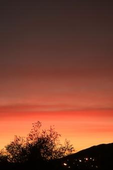 Camada de cor bonita do arrebol da tarde do sol sobre a cidade de el calafate, patagônia, argentina