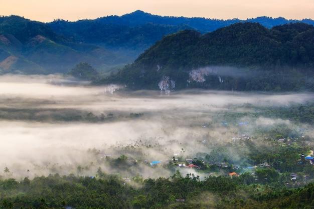 Camada, de, montanhas, em, a, névoa, em, tempo amanhecer, baan, nai, wong, ranong, província, tailandia