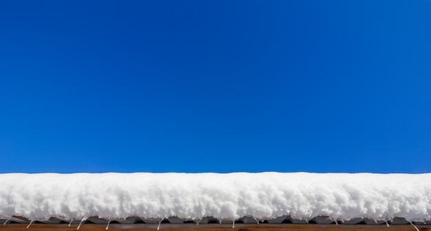 Camada de neve no telhado