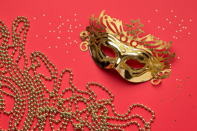 Camada plana da máscara de carnaval com miçangas