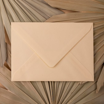 Camada plana de formas de papel monocromáticas com envelope