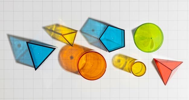 Camada plana de formas geométricas coloridas