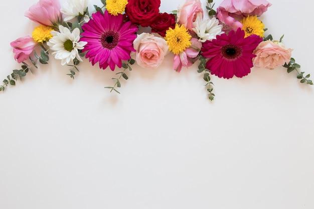Camada plana de lindos arranjos de flores