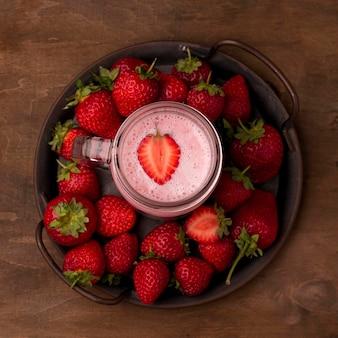 Camada plana de milkshake de morango com frutas
