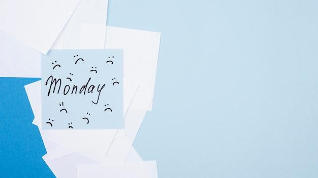 Camada plana de nota adesiva com franzidos para segunda-feira azul e espaço de cópia