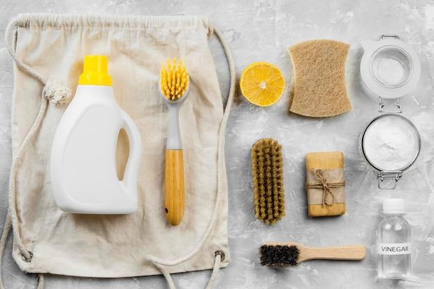 Camada plana de produtos de limpeza ecológicos com escovas e bicarbonato de sódio