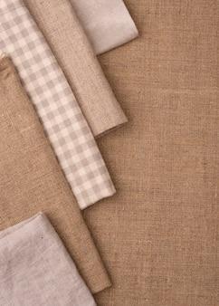 Camada plana de têxteis monocromáticos coloridos