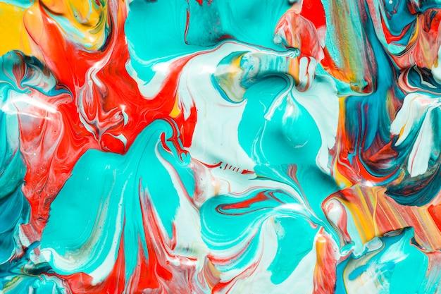 Camada plana de tinta multicolorida criativa na superfície