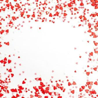 Camada plana, quadro de vista superior de corações vermelhos, rosa e brancos. conceito de amor.