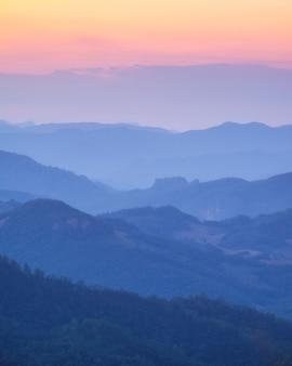 Camada suave montanha colorida ao pôr do sol
