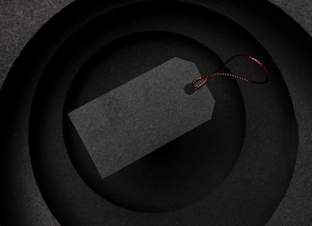 Camadas circulares de fundo escuro e preço
