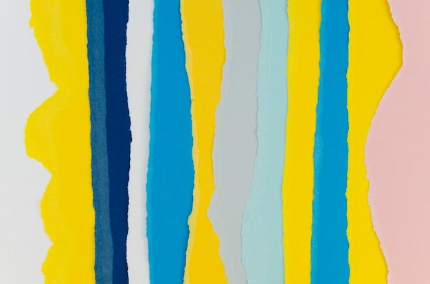 Camadas coloridas de papéis verticais rasgados